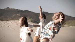 Von links: Die jungen Freunde Frida de Kuyper (Giulia Goldammer), Franz Leitmayr (Sören Wunderlich) und Mikesch Seifert (Jonathan Müller) freuen sich darüber, am Strand von Nazaré zu sein (Portugal, 1984).