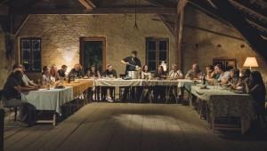 Ludwig Schneider (Andreas Döhler), der Anführer der Freiländer, verteilt beim Abendessen die Suppe.
